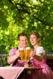 W Piwa piwie ogrodowym target820_0_ szczęśliwa Para Obraz Stock