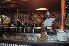 W plemiennej restauraci afrykanina kucharz (Południowa Afryka) Zdjęcie Royalty Free