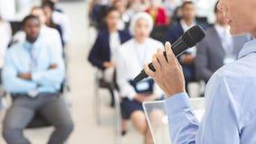 W połowie sekcja żeński mówca mówi w biznesowym konwersatorium fotografia stock