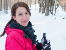 W połowie dorosłej kobiety narciarstwo, Orangeville, Dufferin Obraz Royalty Free