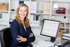 W połowie Dorosły bizneswoman Z komputerem Przy biurkiem zdjęcie royalty free