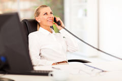W połowie pełnoletni bizneswomanu telefon Obrazy Stock