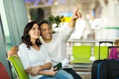 W połowie pełnoletni pary lotnisko fotografia royalty free