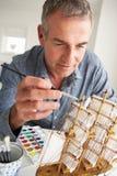 W połowie pełnoletniego mężczyzna wzorcowy robienie Obrazy Royalty Free