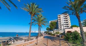 W połowie ranku słońce na Ibiza nabrzeżu Ciepły słoneczny dzień wzdłuż plaży w St Antoni De Portmany Balearic wyspach, Hiszpania Obrazy Stock