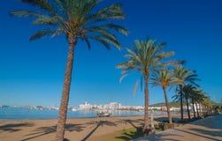 W połowie ranku słońce na Ibiza nabrzeżu Ciepły słoneczny dzień wzdłuż plaży w St Antoni De Portmany Balearic wyspach, Hiszpania Zdjęcie Royalty Free