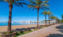 W połowie ranku słońce na mieście Ciepły słoneczny dzień wzdłuż plaży w Ibiza, St Antoni De Portmany Balearic wyspy, Hiszpania Zdjęcia Royalty Free