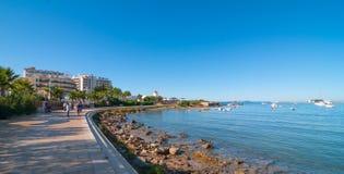 W połowie ranku słońce na plażowym mieście Ciepły słoneczny dzień wzdłuż plaży w Ibiza, St Antoni De Portmany Balearic wyspy, His Zdjęcia Royalty Free