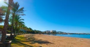 W połowie ranku słońce na plażowym mieście Ciepły słoneczny dzień wzdłuż plaży w Ibiza, St Antoni De Portmany Balearic wyspy, His Obraz Stock