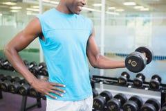 W połowie sekcja ćwiczy z dumbbell w gym mężczyzna zdjęcie stock