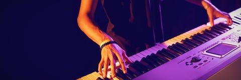 W połowie sekcja bawić się pianino męski muzyk obrazy stock