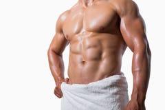 W połowie sekcja bez koszuli mięśniowy mężczyzna w białym ręczniku fotografia stock