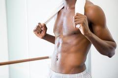 W połowie sekcja bez koszuli mięśniowy mężczyzna w gym zdjęcie royalty free