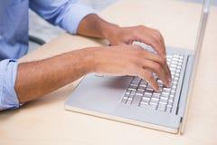 W połowie sekcja biznesmen używa laptop przy biurkiem fotografia royalty free