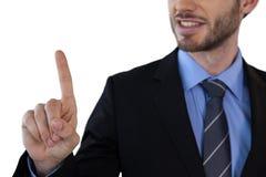 W połowie sekcja dotyka niewidzialnego ekran uśmiechnięty biznesmen Fotografia Stock