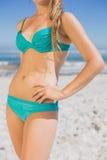 W połowie sekcja dysponowana kobieta w bikini na plaży zdjęcie royalty free