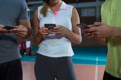 W połowie sekcja gracze używa telefony przy siatkówka sądem zdjęcia royalty free