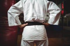 W połowie sekcja karate gracz z rękami na biodrach zdjęcia royalty free