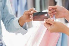 W połowie sekcja klientów odbiorczy torba na zakupy i kredytowa karta od sprzedawczyni obrazy royalty free