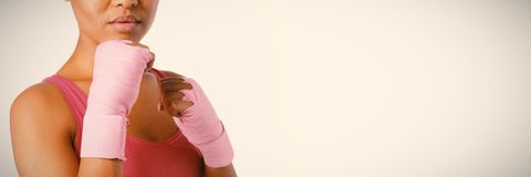 W połowie sekcja kobieta z rękawiczkami dla nowotwór piersi świadomości fotografia stock