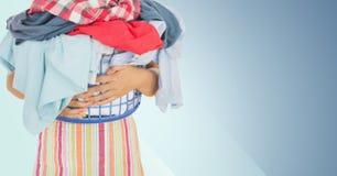 W połowie sekcja kobiety mienia koszykowy pełny odziewa Obraz Stock
