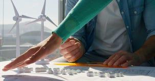 W połowie sekcja ludzie biznesu dyskutuje nad projektem w biurze 4k zdjęcie wideo
