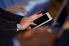 W połowie sekcja męski dyrektor wykonawczy używa cyfrową pastylkę Zdjęcie Stock