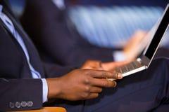 W połowie sekcja męski dyrektor wykonawczy używa laptop Obraz Royalty Free