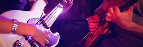W połowie sekcja męski i żeński gitarzysta w klubie nocnym Obraz Royalty Free