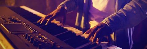 W połowie sekcja na męskim muzyku bawić się pianino obraz royalty free