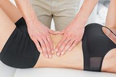 W połowie sekcja physiotherapist masowania kobiety ciało obraz royalty free