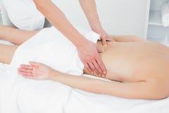 W połowie sekcja physiotherapist masowania kobiety plecy zdjęcie stock