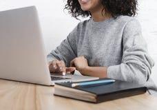 W połowie sekcja pracuje na laptopie bizneswoman obraz royalty free