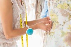 W połowie sekcja projektant mody pracuje na sukni fotografia royalty free