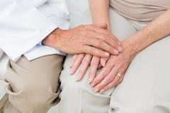 W połowie sekcja starsza cierpliwa odwiedza lekarka obrazy royalty free