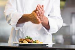 W połowie sekcja szefa kuchni kładzenia sól w kuchni zdjęcie royalty free