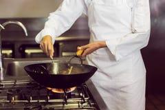 W połowie sekcja szefa kuchni narządzania jedzenie w kuchni zdjęcie stock