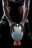 W połowie sekcja utrzymuje balowy na kopanie trójniku rugby gracz obraz royalty free
