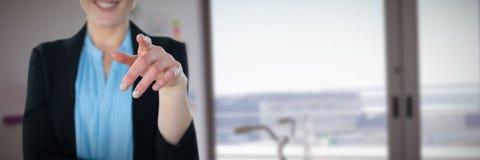 W połowie sekcja wskazuje przeciw wnętrzu kreatywnie biuro uśmiechnięty bizneswoman Zdjęcia Stock