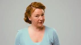W połowie starzejąca się aktorka pokazuje emocje nieufność obraz stock