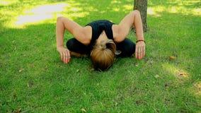W połowie strzał młoda kobieta robi joga w parku zdjęcie wideo