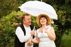 W połowie wiek plus wielkościowa para ma datę w parku. Słoneczny dzień Zdjęcie Royalty Free