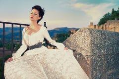 W południowym mieście piękna dama Fotografia Royalty Free