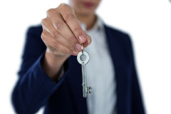 W połowie sekcja pokazuje nowego domu klucz bizneswoman Obraz Royalty Free