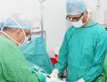 w pokoju z operacji chirurgów działania Obraz Stock