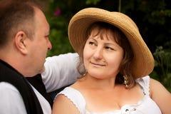 W połowie wiek plus wielkościowa para ma datę w parku. Słoneczny dzień Zdjęcia Stock