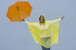 W pora deszczowa szczęśliwa kobieta Zdjęcia Royalty Free