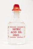 W przylepiać etykietkę butelce azotowy kwas fotografia stock
