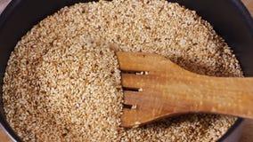W pucharze, fertanie sezam z łyżką robić drewno Modny tło od drzewa Sezamowa wschodnia pikantność lub podprawa zbiory wideo