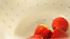 W pucharze truskawki stawia inny zbiory